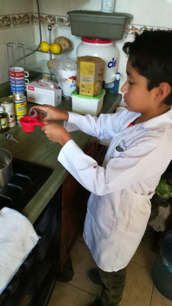 MEDIR 50 ML DE ACEITE VEGETAL PARA PONERLO A CALENTAR