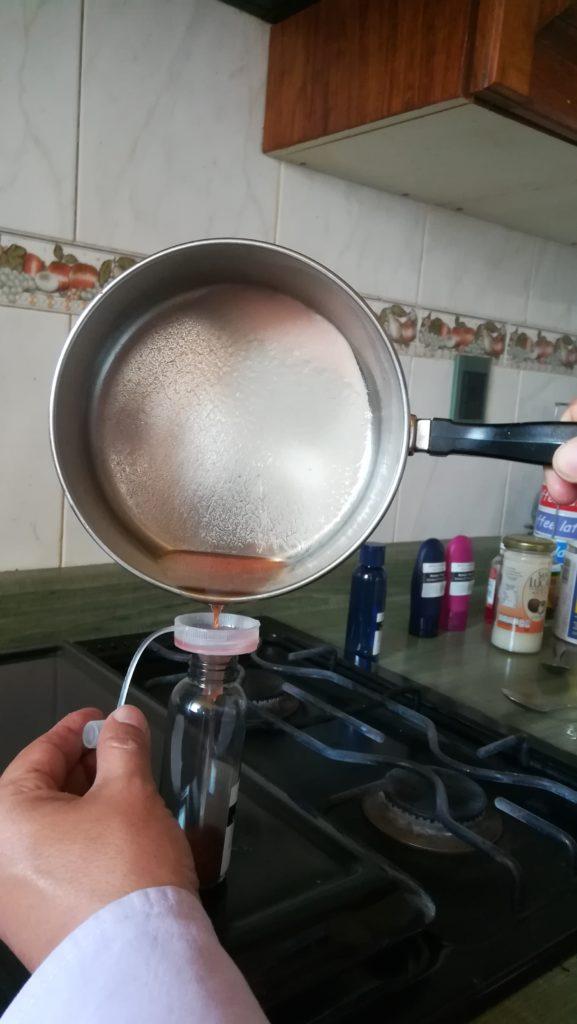 VACIAR LA MEZCLA EN UN RECIPIENTE