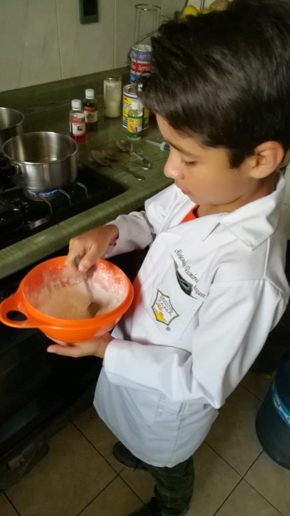 MEZCLAR FECULA DE MAIZ Y BICARBONATO DE SODIO CON ACEITE DE COCO