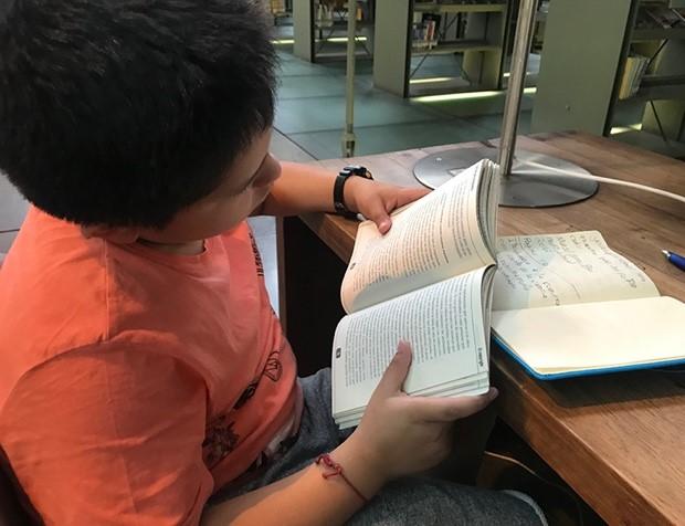 Investigación documental en la biblioteca Vasconcelos.