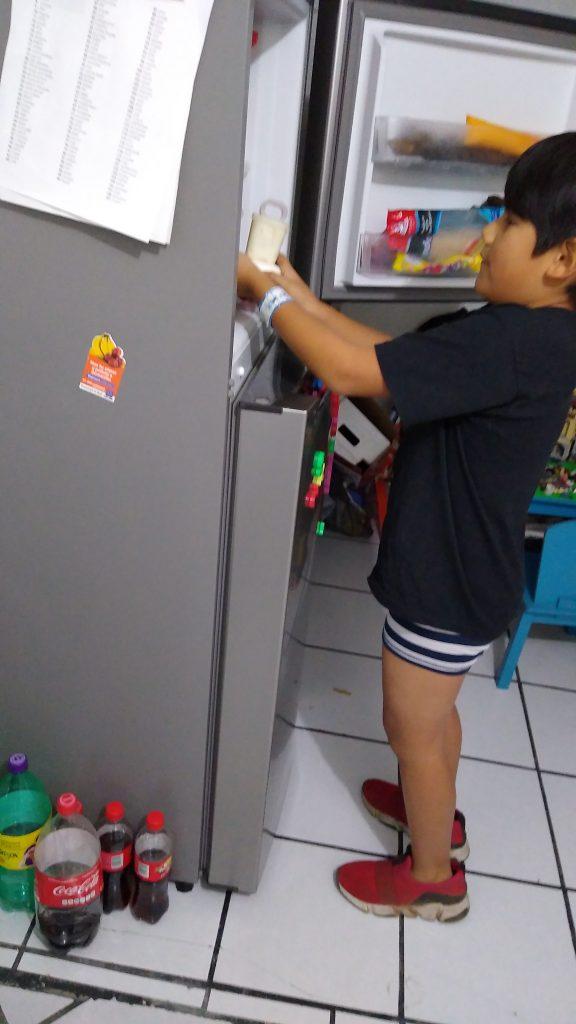 Se meten al congelador la mezcla para las paletas